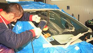 Процесс полировки стекла автомобиля