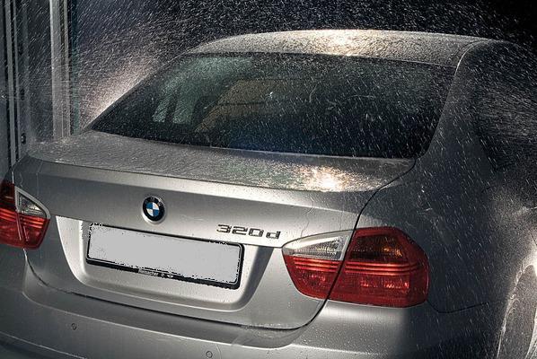Горячий воск заполняет все микротрещины и царапины, обеспечивая кузову автомобиля защиту от грязи и воды