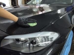Мойка автомобиля перед полировкой. Обработка кузова авто очищающей глиной