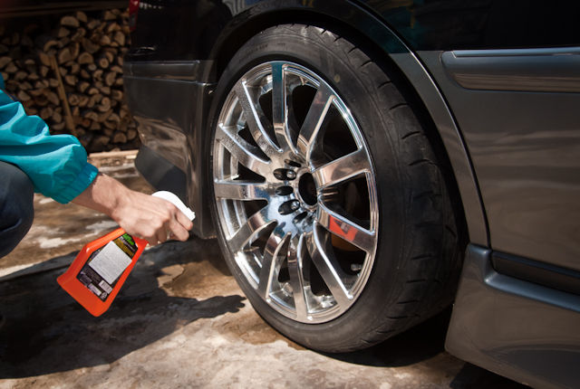 Процесс нанесения полироли на автомобильную резину