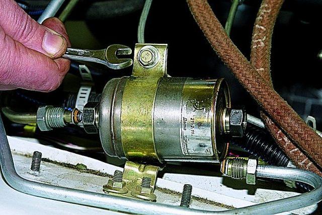 Как поменять топливный фильтр на Нива Шевроле своими руками