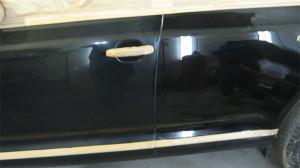 До и после полировки кузова автомобиля церного цвета