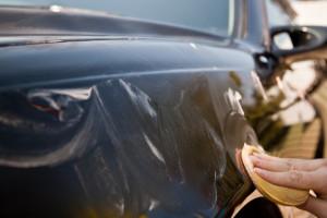 Процесс нанесения пасты на кузов автомобиля вручную
