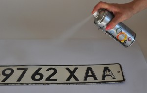 Обезжиривание поверхности номерного знака
